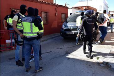 Agentes de la Policía Nacional se lleva a un detenido (d) durante una operación antidroga realizada hoy en la barriada de la atunara en la Línea de la Concepción (Cádiz) para desarticular una red que abastecía y daba logística a las lanchas usadas para el transporte de hachís en el Estrecho de Gibraltar.