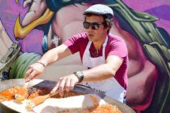José María González 'Kichi', alcalde de Cádiz, prepara una paella