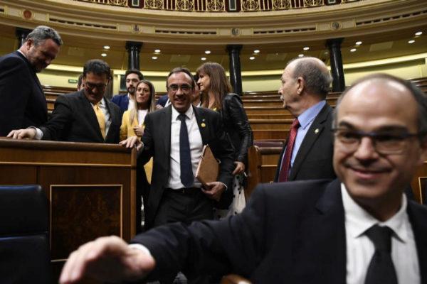 Los presos electos Jordi Turull y Josep Rull abandonan el Congreso...