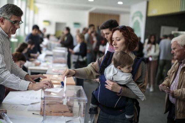 Una mujer vota en las pasadas elecciones autonómicas en Valencia