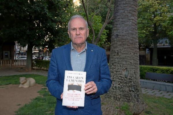 Pedro Antonio Heras este lunes en Palma, mostrando su libro 'Educar en la mentira' .