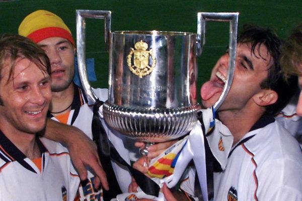 Gaizka Mendieta, junto a Claudio López y Adrian Ilie, tras conquistar la Copa del Rey en la final disputada en La Cartuja de Sevilla en 1999.