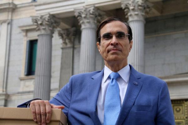 J. Luis Cordeiro, candidato del Miel al Parlamento Europeo, frente al Congreso.
