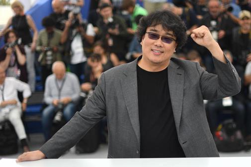 Bong Joon Ho puño en alto en la presentación de 'Parasite'.