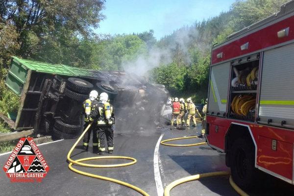 Fotografía facilitada por Bomberos de Vitoria del accidente en Barazar.