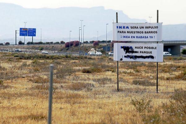Suelo en Rabasa donde iba a instalarse Ikea con su 'macroncentro' comercial, y donde algunos de los dueños de los terrenos colocaron un cartel reclamando el proyecto.