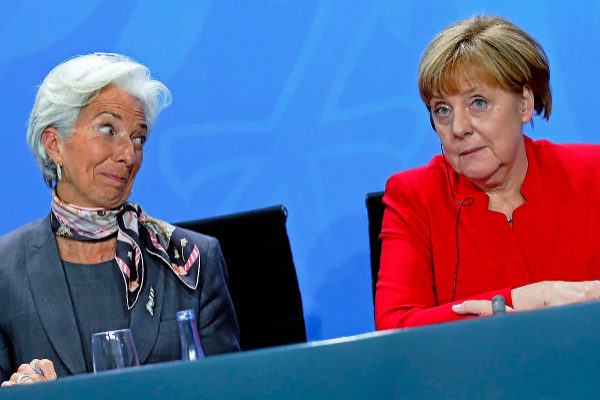 Christine Lagarde y Angela Merkel asisten a una rueda de prensa tras una reunión mantenida en la Cancillería de Berlín.