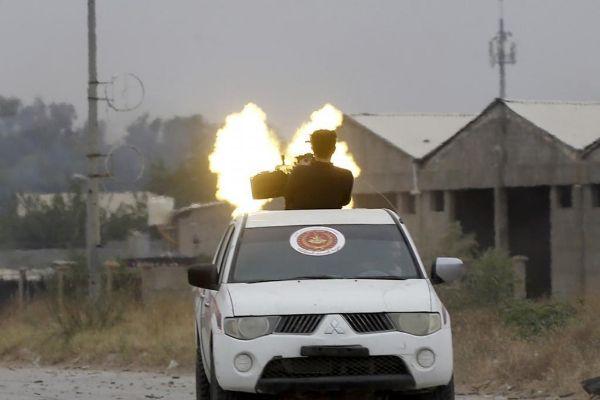 Milicianos leales al GNA se enfrentan a las fuerzas de Haftar en el sur de Trípoli.