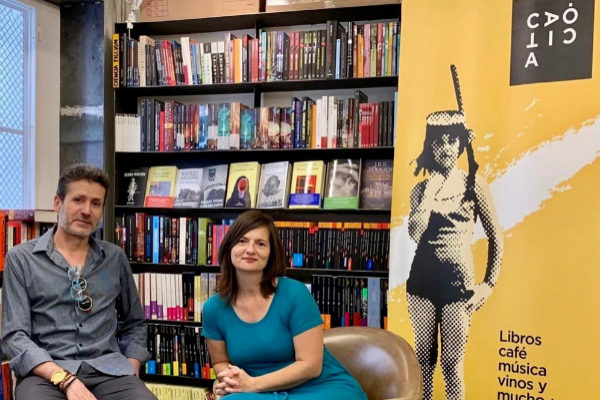 El escritor Javier González-Cotta junto a Maite Aragón, responsable de la librería Caótica.