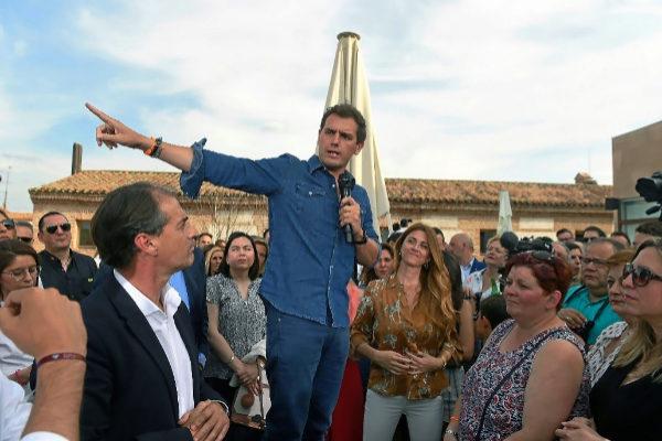 El presidente de Ciudadanos, Albert Rivera (c), interviene en el acto...