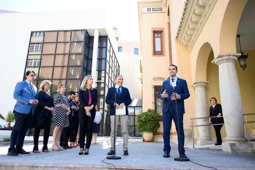 El alcalde de Almería, Ramón Fernández-Pacheco, a la derecha, con Elías Bendodo, consejero de Presidencia, en un acto en Almería. EL MUNDO