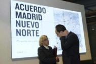 La alcaldesa Manuela Carmena y el concejal de Urbanismo, José Manuel Calvo.