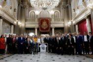 La corporación municipal de Valencia posa con los miembros del club en el Salón de Cristal el día del Centenario.