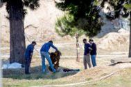 GRAFCAT9398. EL PRAT DEL LLOBREGAT (BARCELONA.- Miembros de la policía científica de los Mossos d'Esquadra trabajan en la búsqueda de pruebas en el solar de El Prat (Barcelona) donde ayer apareció un cuerpo que podría corresponder a Janet <HIT>Jumillas</HIT>, la vecina de Viladecans desaparecida el pasado 13 de marzo, y cuya ropa coincide con la encontrada en el cadáver, si bien la juez y los Mossos d'Esquadra siguen pendientes de que los forenses certifiquen su identidad.