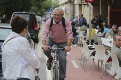 El alcalde de Valencia, Joan Ribó, en una bicicleta.