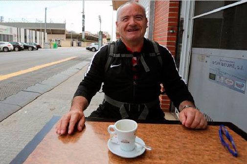 Manuel, en el Café Albinegre, con Castalia al fondo.
