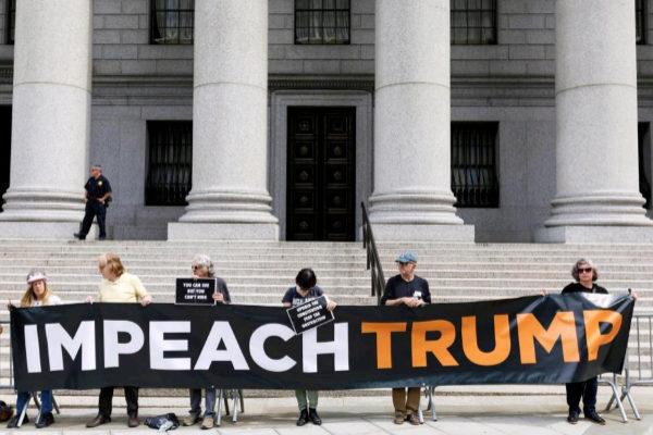 JLX04. NEW YORK (ESTADOS UNIDOS).- Manifestantes sostienen una...