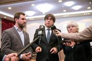 Carles Puigdemont, con Toni Comín y Clara Ponsatí el pasado día 17 en Berlín.