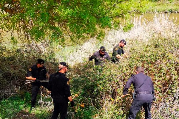 Agentes de la Guardia Civil buscan al desaparecido en el río Guadarrama.