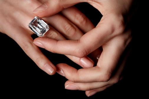 Un empleado de Christie's sostiene un anillo brillante diamante de corte rectangular de 25.27 quilates antes de una subasta este jueves de en la sede de Christie's en Ginebra (Suiza). Se espera que esta joya parte de la subasta 'Joyas Magnificas' alcance un precio entre 2,5 millones y 3,5 millones de dólares estadounidenses este 15 de mayo.