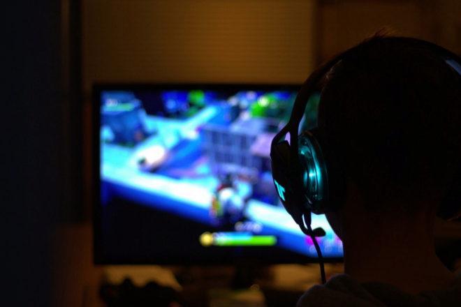 87402924efa5 Un jugador de  Fortnite  frente a la pantalla.