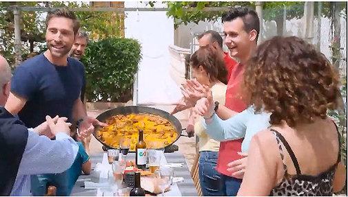 Imagen de un momento del vídeo de la paella en familia.