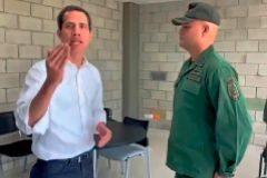 El presidente encargado Juan Guaidó con militares desertores.