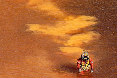Un buzo preparado para sumergirse en el Lago Rojo, donde el asesino en serie ocultaba a sus víctimas bajo el agua.