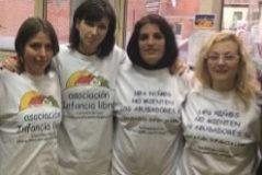 Imagen de integrantes de la Asociación Infancia Libre en su intervención en el Senado.