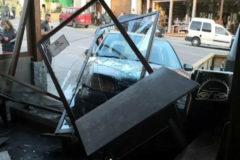 Un coche se empotra contra esta cafetería