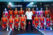 GRAF6858. MADRID.- El seleccionador Lucas Mondelo (c) posa junto a las jugadoras, durante el acto de presentación este jueves de la selección absoluta femenina de <HIT>Baloncesto</HIT>, que prepara el Eurobasket 2019.
