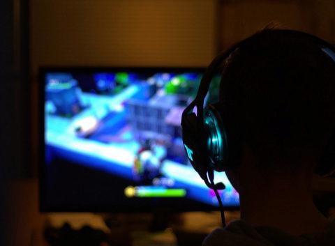 Un jugador de 'Fortnite' frente a la pantalla.