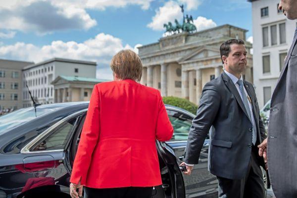 La canciller alemana, Angela Merkel, se monta en un coche cerca de la Puerta de Brandenburgo, en Berlín.