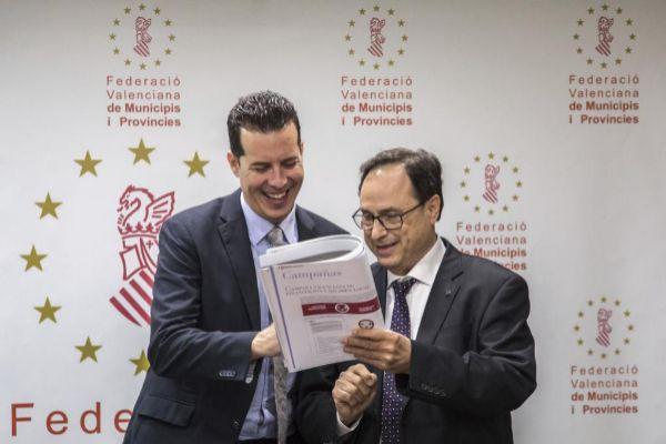 El presidente de la Federación Valenciana de Municipios y Provincias (FVMP), Rubén Alfaro, con el conseller de Hacienda, Vicent Soler.