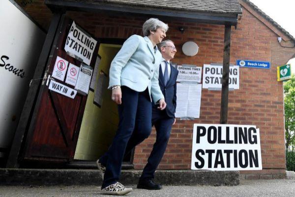 La 'premier' británica, Theresa May, acude a votar en las europeas en Reino Unido en Sonning.