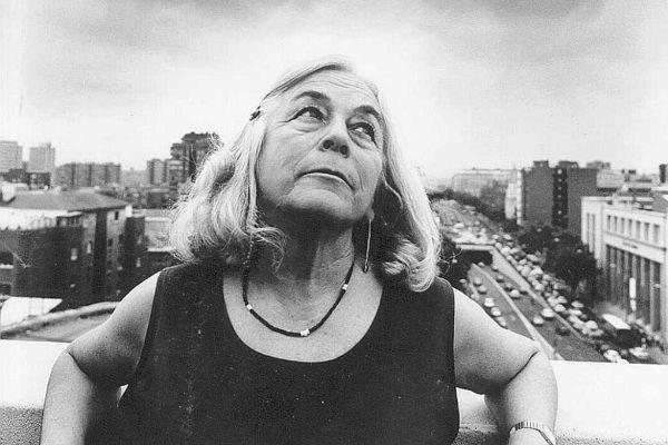 La escritora Carmen Martín Gaite en su casa de Madrid (1994).