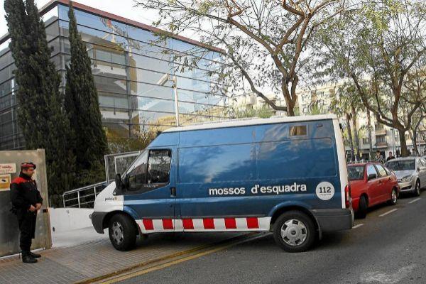 Imagen de archivo de una furgoneta de los Mossos en los juzgados de Reus