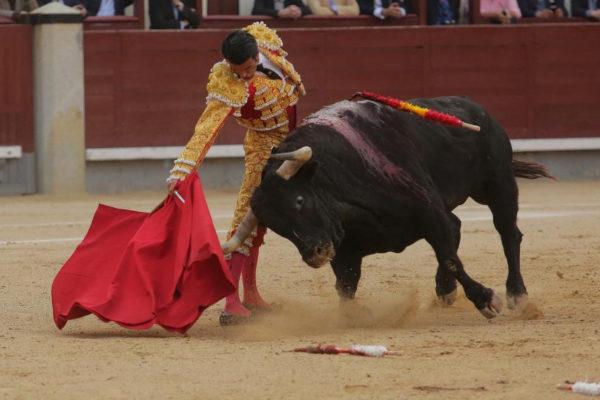 Derechazo de Emilio de Justo al bronco quinto -hierro Vegahermosa- de la corrida de Jandilla, lidiada ayer.