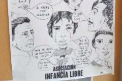 Cartel de Infancia Libre pegado en la puerta de los juzgados de Arganda (Madrid), donde se ha llevado el procedimiento de la tercera madre detenida.