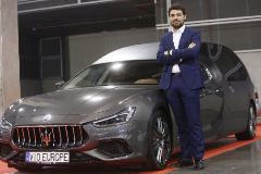Jorge Insa, responsable de fabricación en Vio Europe junto a un Maserati fúnebre.