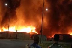 Un impresionante incendio calcina un poblado chabolista