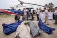 KTH03. KATMANDÚ (NEPAL).- Policías nepalís y miembros de los servicios de rescate transportan el cuerpo de uno de los escaladores fallecidos en el helipuerto del Teaching Hospital de Katmandú, Nepal, este jueves. Cuatro cadáveres de personas no identificadas fueron hallados en su intento por ascender el <HIT>Everest</HIT> durante unas labores de inspección en el monte. Se estima que más de 300 cuerpos de escaladores aún están sepultados en el hielo en el Monte <HIT>Everest</HIT>, según el informe de los medios.