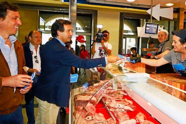 Mateo Isern y Biel Company, ayer, en el mercado del Olivar.
