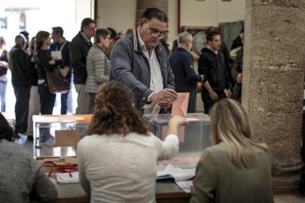 Mesa electoral en un colegio de Valencia