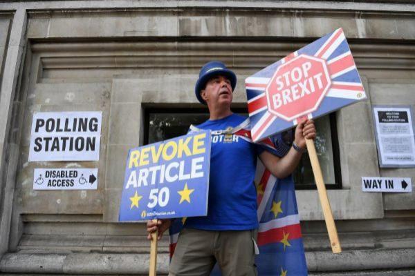 El activista Steve Bray frente a un colegio electoral de Londres en las elecciones europeas