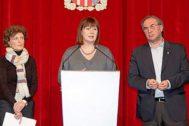 María Alorda, Francina Armengol y Martí March en la presentación del decreto de lenguas.