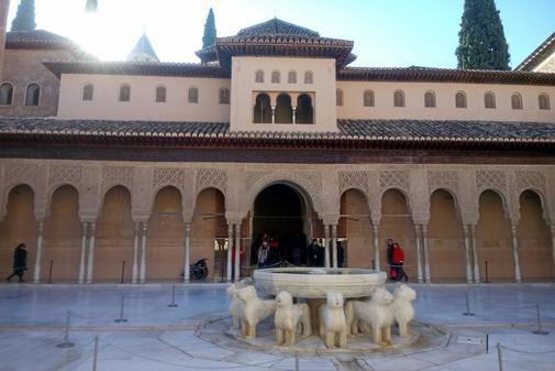 El Patio de los Leones y la fuente del mismo nombre, en La Alhambra de...