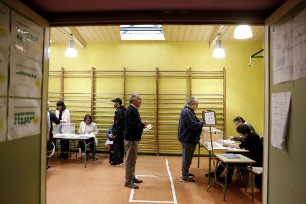 Mesa electoral en el gimnasio de un colegio de Madrid