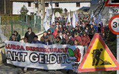"""Una manifestación protesta por la construcción de la """"Y"""" para el Tren de Alta Velocidad."""