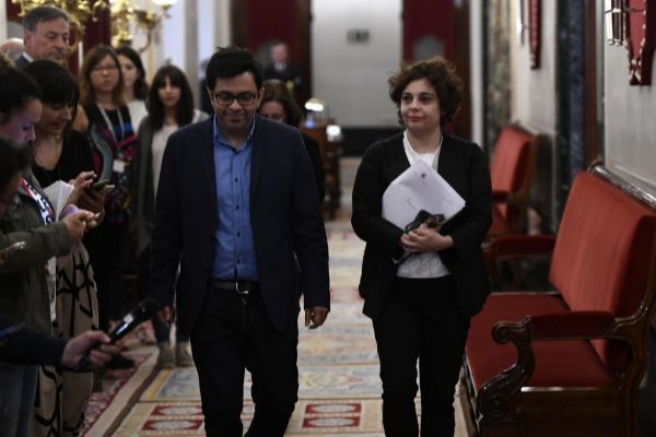 Los representantes de Unidas Podemos en el Mesa del Congreso, Gerardo Pisarello y Gloria Elizo.